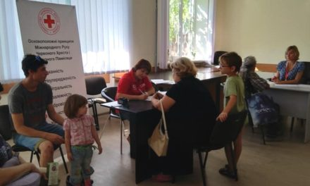 Видача гуманітарної допомоги ВПО в Червоному Хресті
