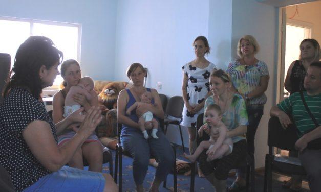 """Акція """"Ложка в долоньці"""", видача дитячого харчування матерям з дітьми Соціального центру матері та дитини"""